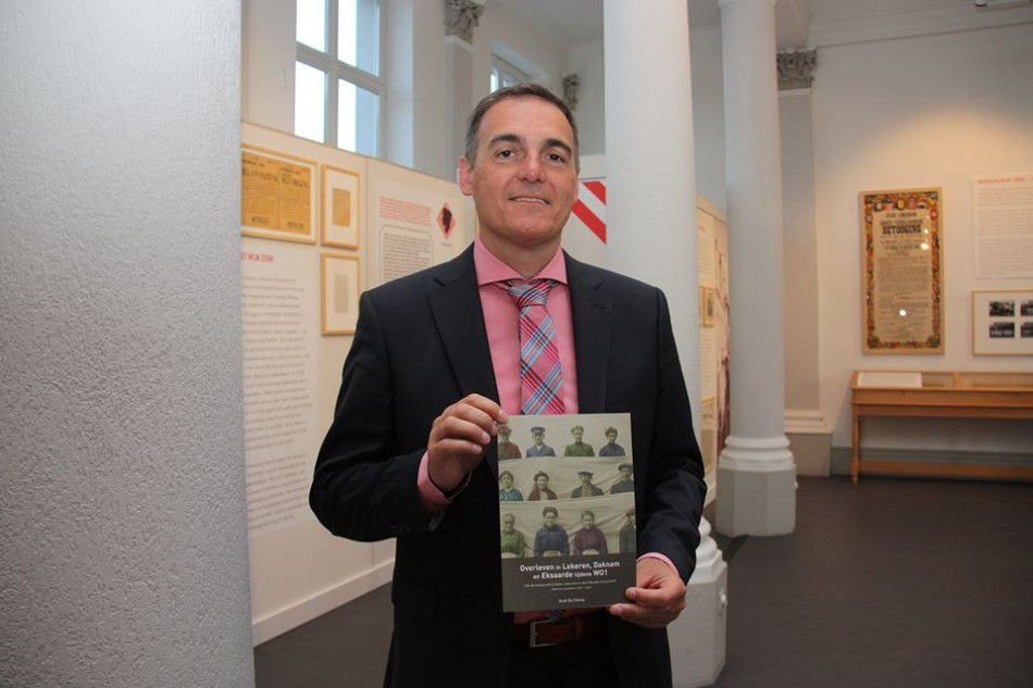 """Rudi De Clerck with book """"Om de oorlog echt te haten, moet men er heel dikwijls over praten…Overleven in Lokeren, Daknam en Eksaarde tijdens WOI."""""""