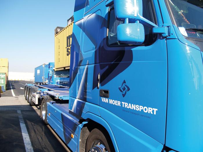Van Moer Group ontwerp belettering vrachtwagens - Bert Vanden Berghe voor Graffito nv
